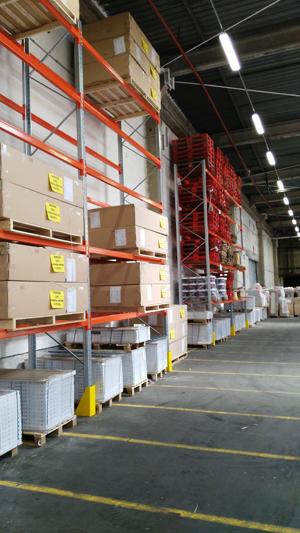 Stocker et transporter des palettes industrielles.