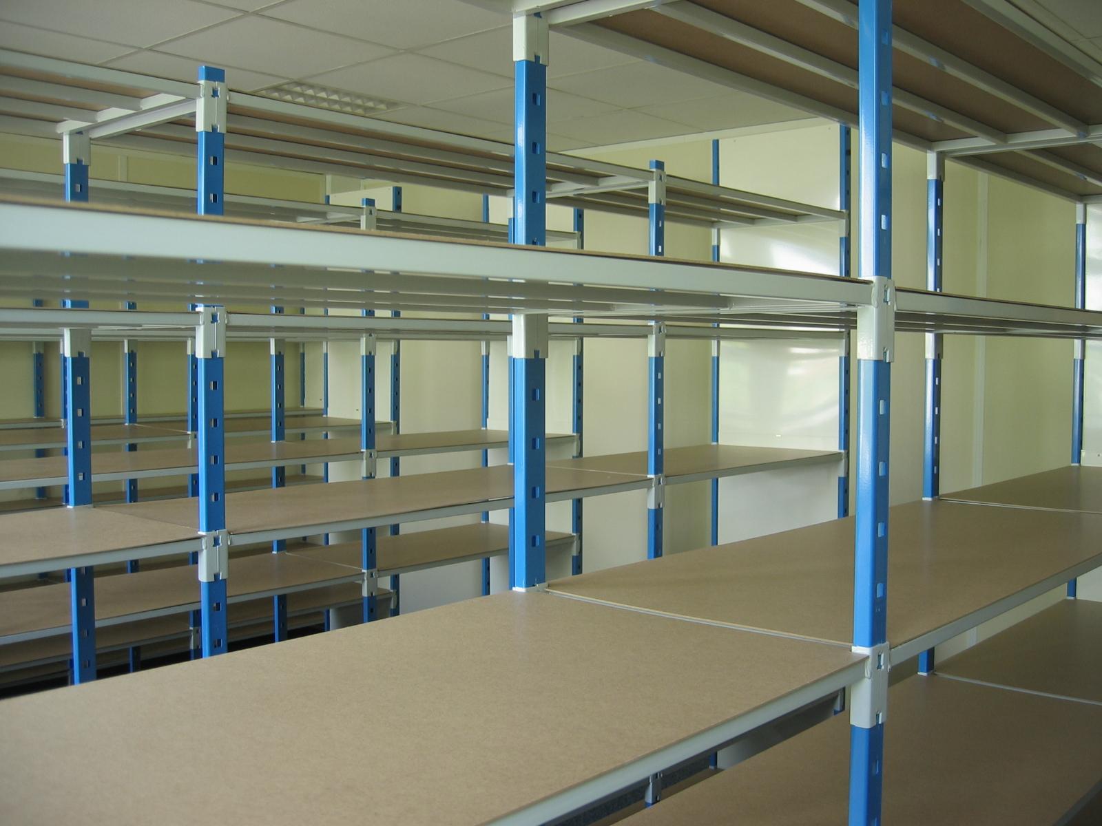 Installation d'étagères de stockage – Entrepôt industriel