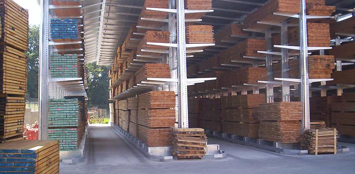 Des rayonnages pour stocker des planches de bois