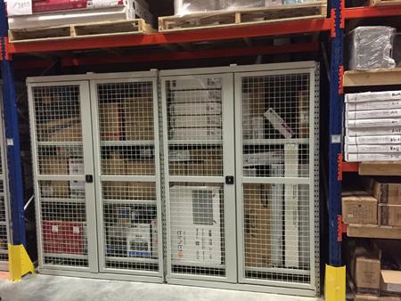 Rayonnages industriels sécurisés pour entrepôt.