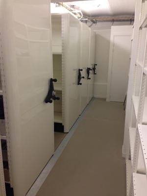 Plus de place pour un rack fixe ? Pensez aux rayonnages mobiles !