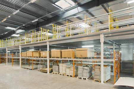 Stockage de marchandises sur plusieurs étages en entrepôt